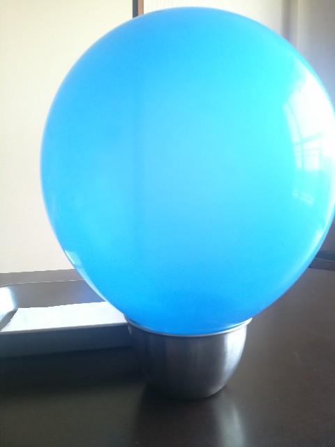 ピニャータ用の、青い風船の写真