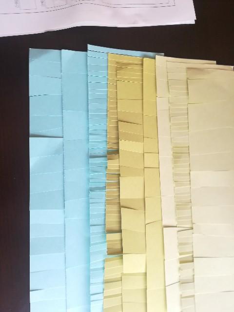 B5色画用紙3枚を、 幅10 cmくらいにカットした写真