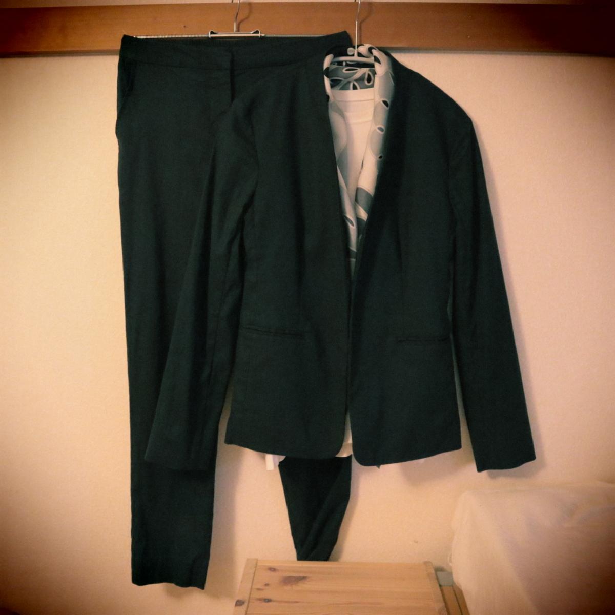 ノーカラージャケットとパンツとスカーフ