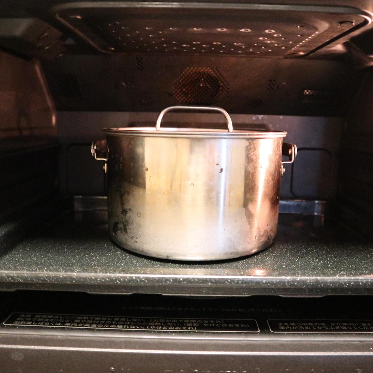 ヘルシオで、鍋に入った肉じゃがを加熱するところ