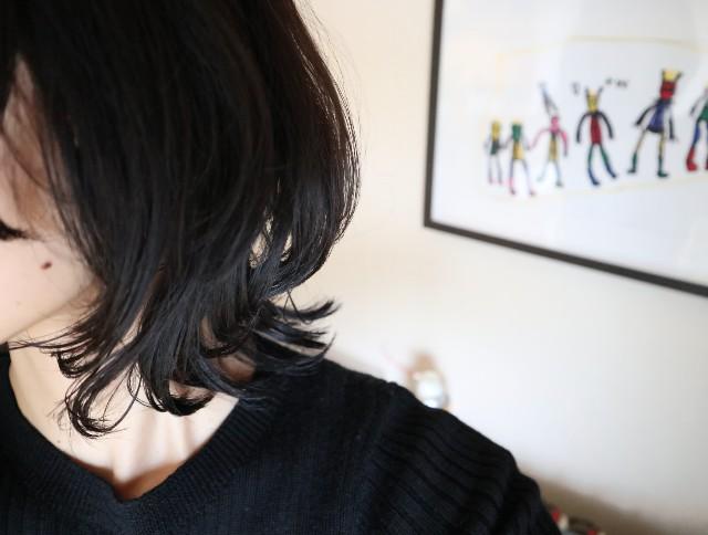 女性のセミロング髪型(横向き)
