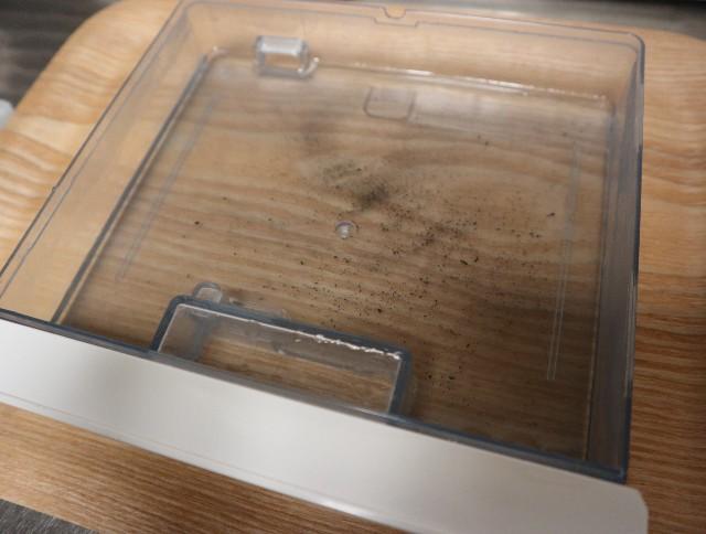 黒い汚れがまざったクエン酸水(ヘルシオ水タンク内)