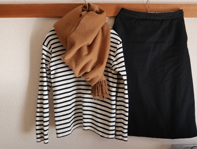 黒白ボーダーカットソー、黒スカート、茶色ストール