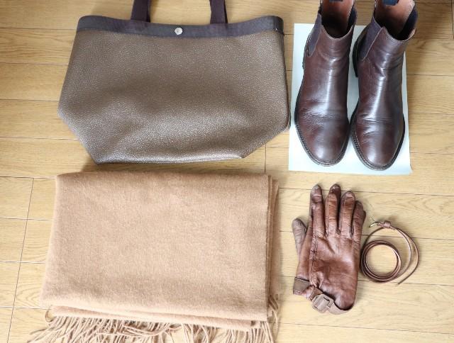 茶色のバッグ、ストール、ブーツ、手袋、ベルト