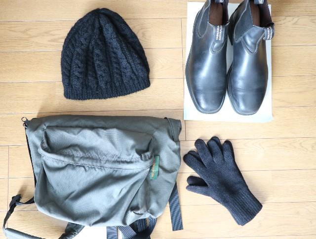 黒小物(リュック、サイドゴアブーツ、ニット帽、手袋)