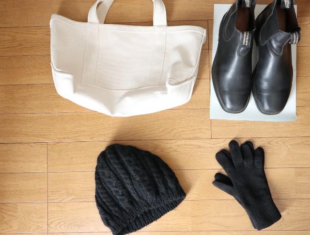 白バッグと黒小物(サイドゴアブーツ、ニット帽、手袋)