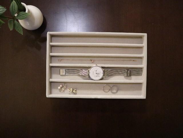 ミニマリストのアクセサリー_腕時計、イヤリング、指輪、ブレスレットの写真