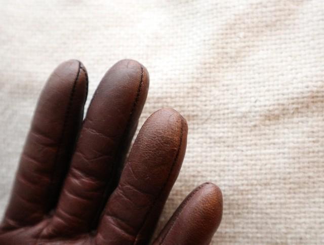 ラナパーの使い方③ツヤが出た手袋(指先)の写真