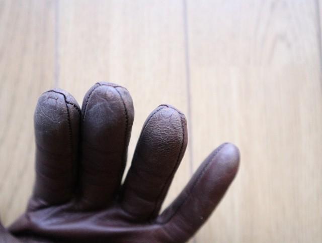 ラナパーの使い方③茶色い革手袋の指先。色が剥げている写真