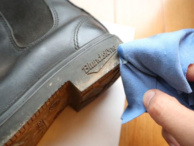 ラナパーの使い方①革靴の汚れを落とす写真