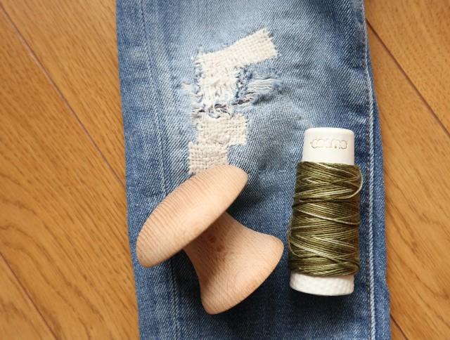 膝に穴の空いたデニム、ダーニングマッシュルーム、刺し子糸
