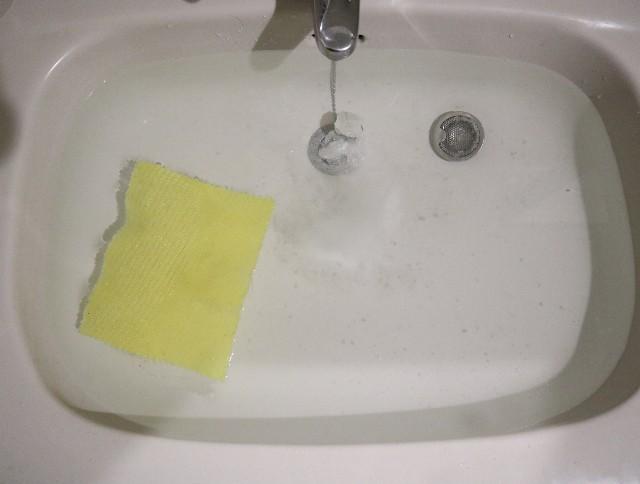 過炭酸ナトリウムで漂白中の洗面台写真