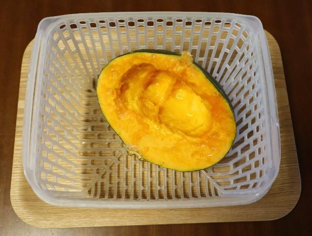 蒸す前の、かごに入ったかぼちゃ