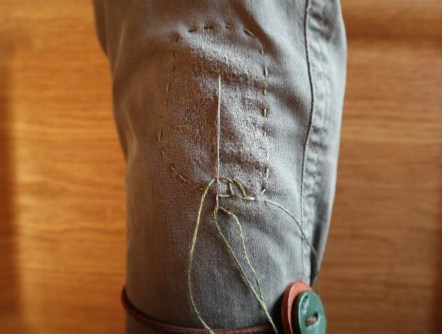 ズボンをハニカムダーニング(最初のひと針)している写真