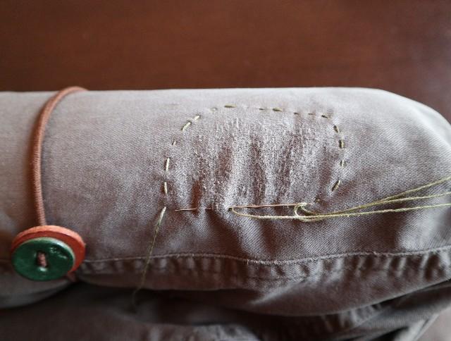 ズボン擦り切れ部分の周りを並縫いしたところ