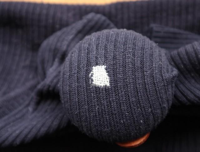 グレーの糸でダーニングした写真