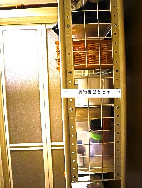脱衣所にある、奥行き25cmの棚