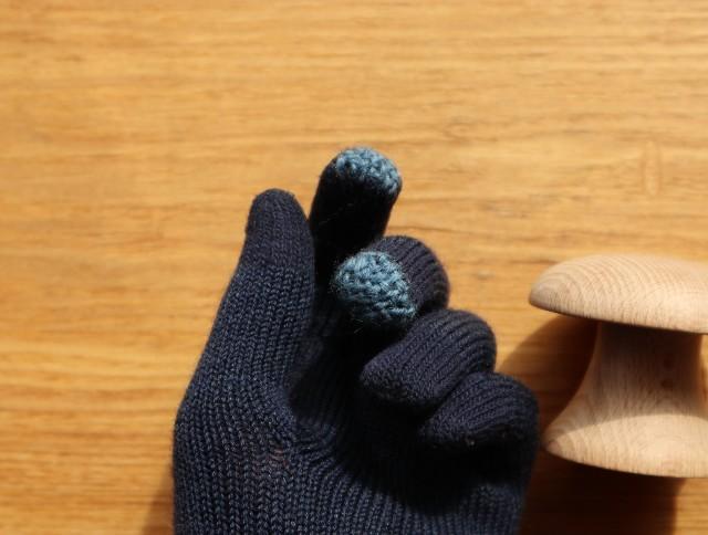 指先を水色でダーニングした紺色の手袋の写真