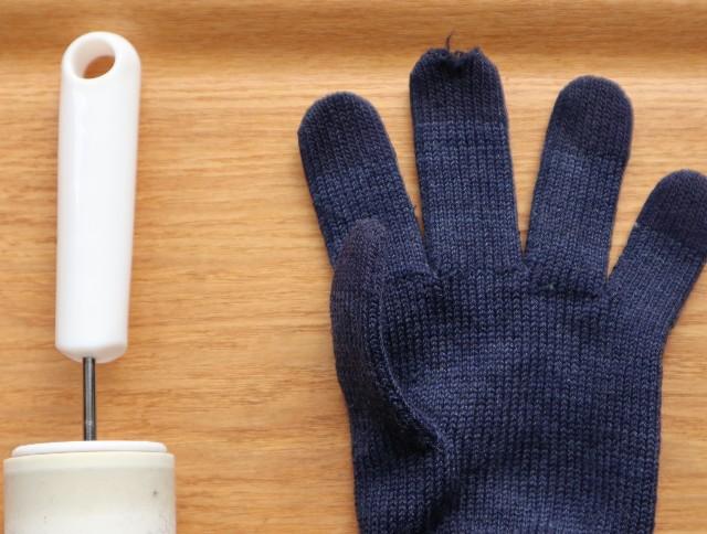 コロコロクリーナーの持ち手と穴があいた手袋の写真