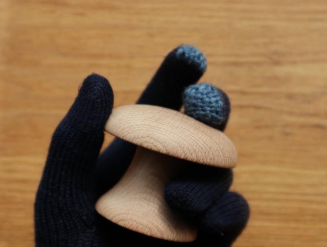 指先をダーニングした紺色の手袋の写真