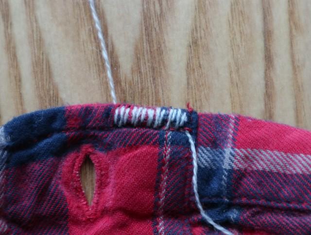 袖口を灰色の糸でダーニング中の写真