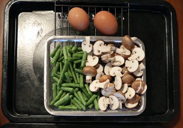 カット野菜と卵の写真