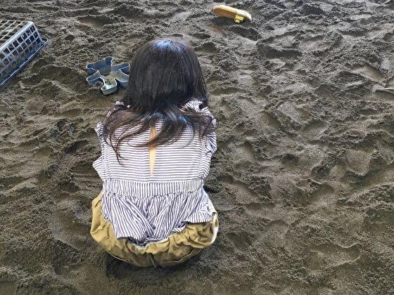 室内で砂遊び