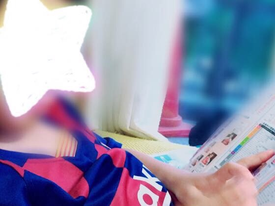 サッカー雑誌を読む息子