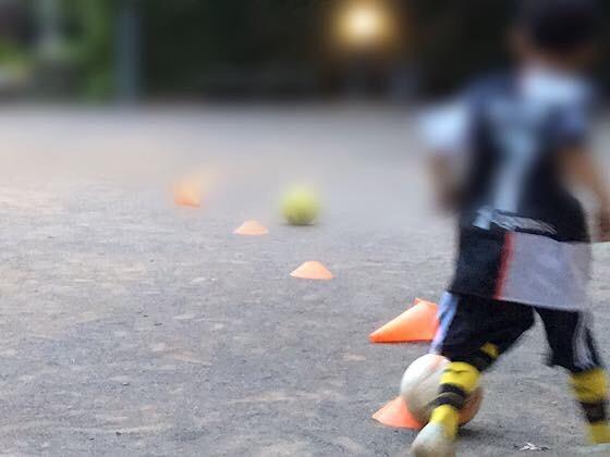 サッカー練習する息子
