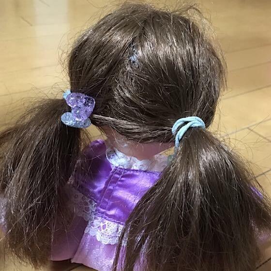 ソランちゃんの髪を結ぶ、後ろ姿