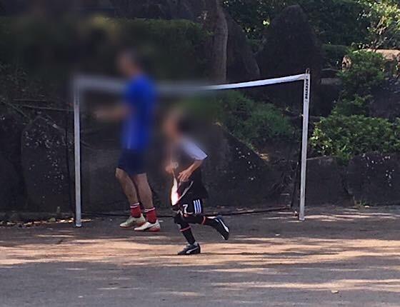 f:id:imacocco_teane:20190817144952j:plain:alt=早朝サッカーをする父と子ども:w350