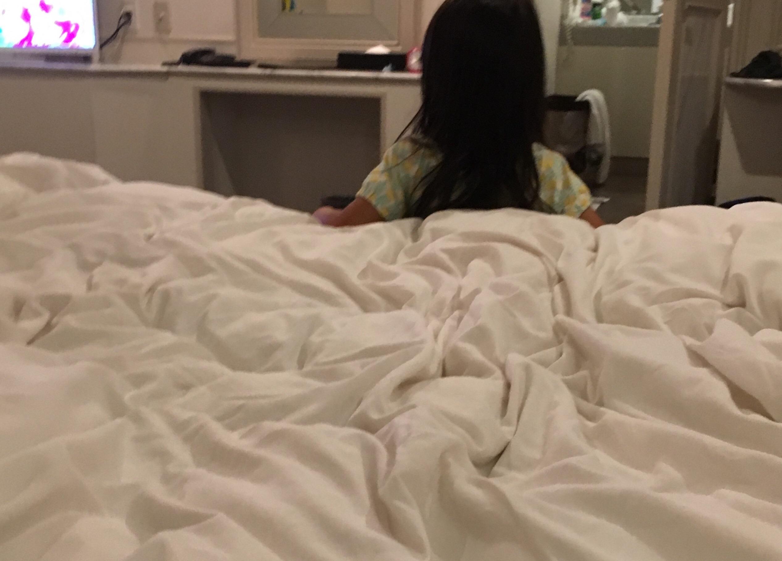 ホテルでテレビを観る娘