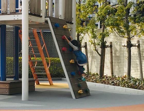 よじ登る公園の遊具が大好きな娘