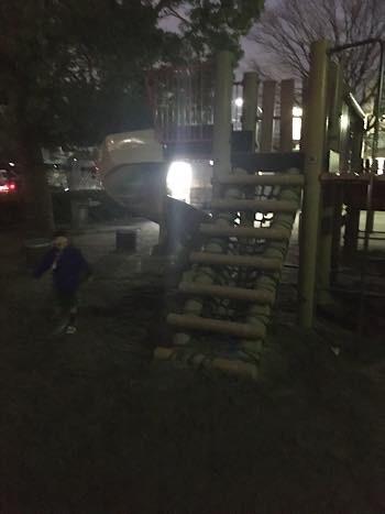 日暮れ後の公園