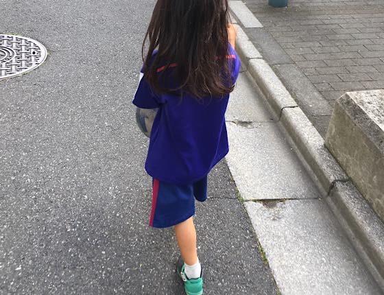 お下がりのサッカーユニフォームを着る妹