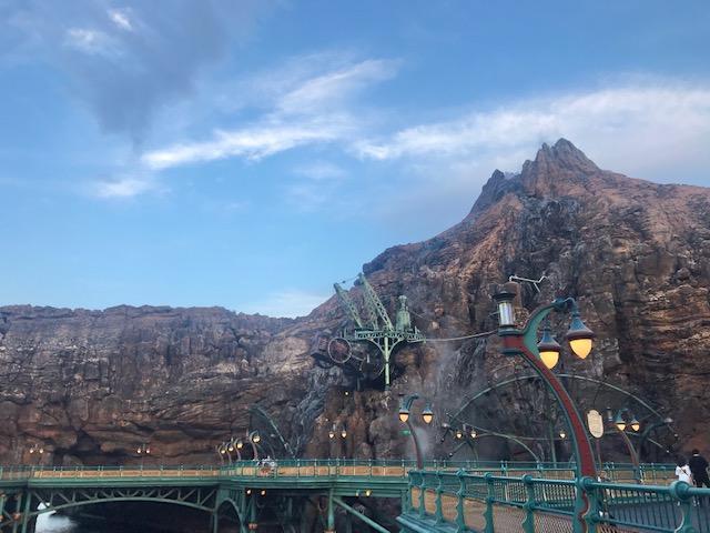 雨上がりの澄んだ空とプロメテウス火山