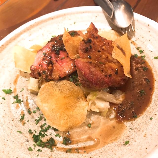 イベリコ豚ロティ アンチョビキャベツ トリュフ風味のマッシュルームソース