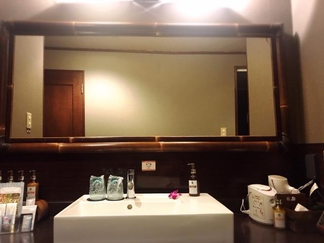 洗面台も横に長い鏡で広々