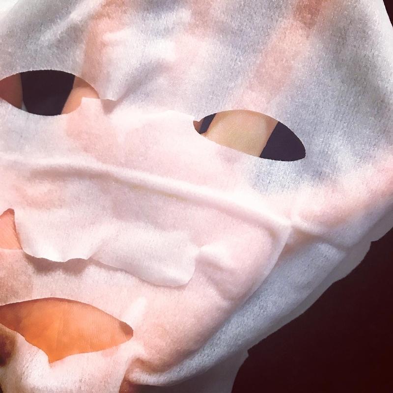 ルルルンプレシャスGREENのフェイスマスクを手に取ったところ