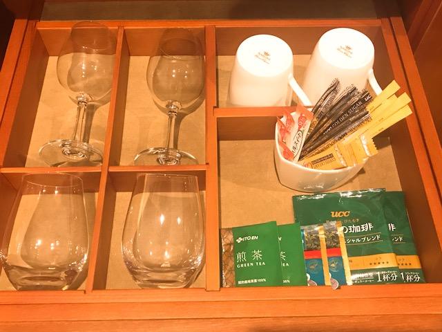 ワイングラスとマグカップ