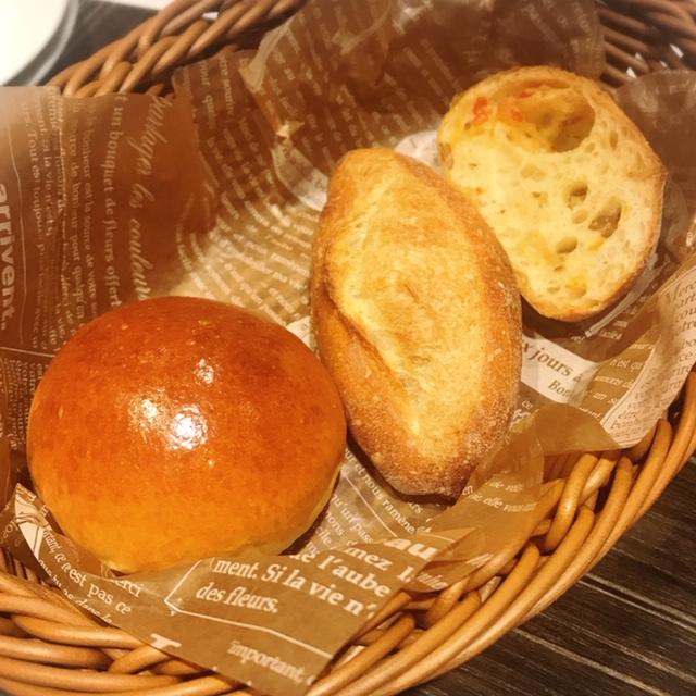 ホテルベーカリーで 焼き上げたパンの盛合せ