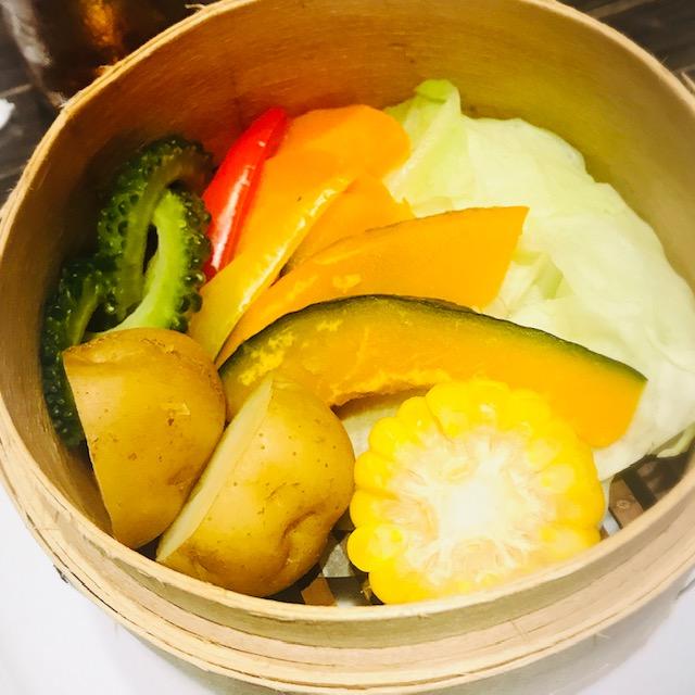 季節野菜のセイロ蒸し アンチョビソース添え