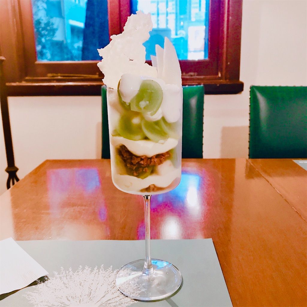 獺祭のエスプーマが控えめなシャインマスカットと和梨のパフェ
