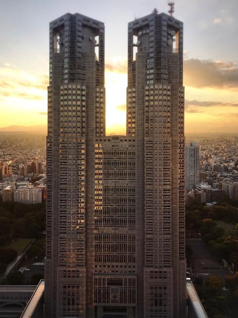 夕暮れ時の東京都庁