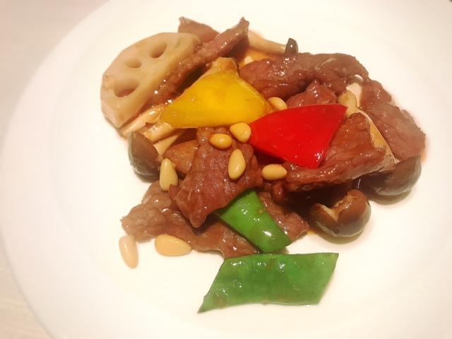 京王プラザホテル「南園」牛肉と松の実のオイスターソース炒め