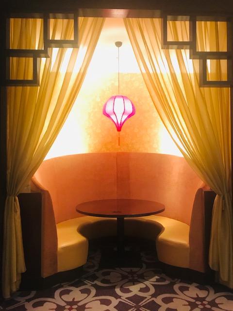 雰囲気のいいランタンのあるテーブル