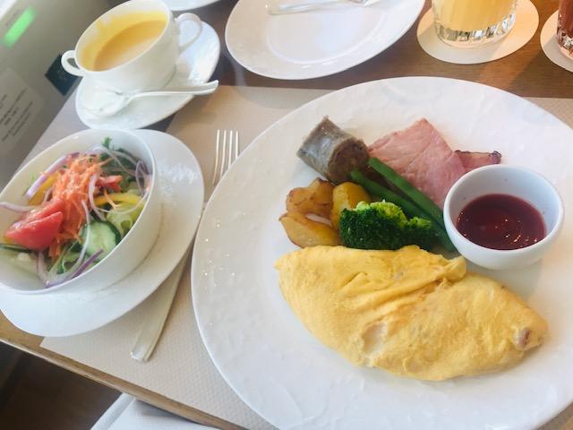 写真に納まりきらないほどボリュームーな朝食