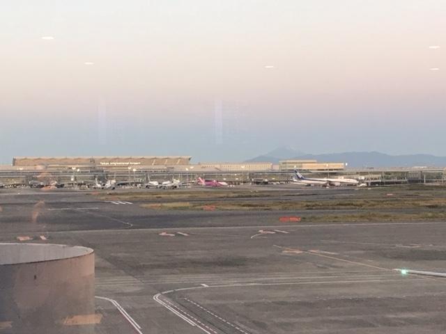 ラウンジから見えた富士山のシルエット