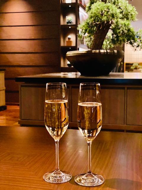 ラウンジ「花雅」にてシャンパンを