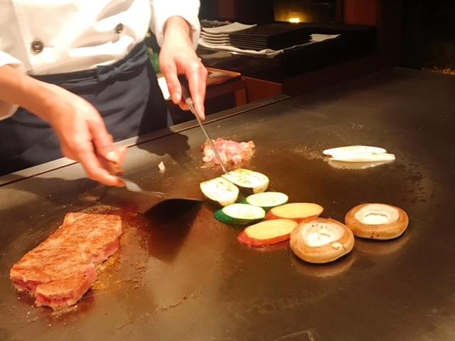 鉄板で焼かれる黒毛和牛ロース(120g)と野菜たち